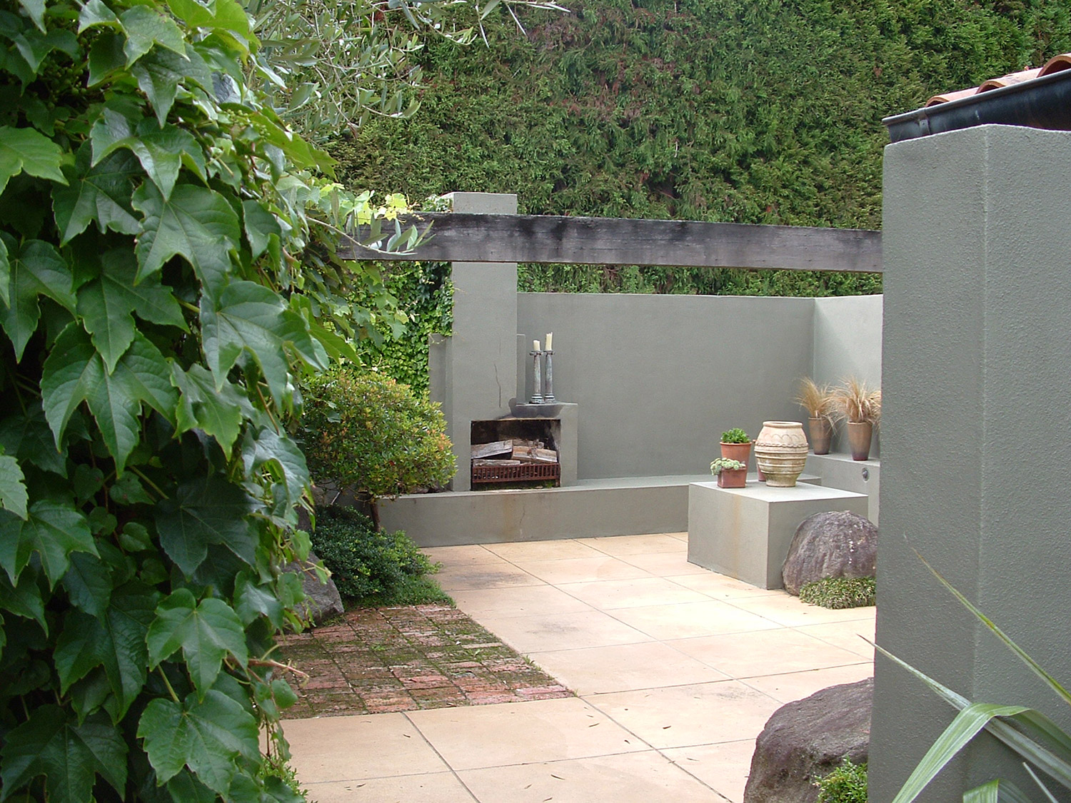 Landscaped Courtyard Garden Design With Outdoor Dining Room